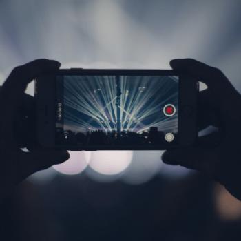 Smartphone nimmt Video von Musikkonzert auf