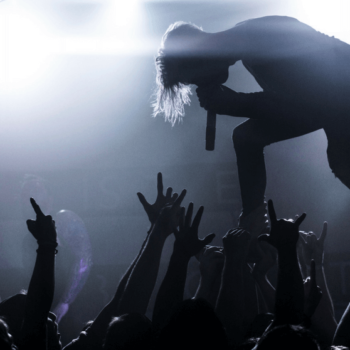 Musiker singt vor Publikum bei einem Konzert