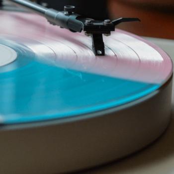 Vinylplattte auf Plattenspieler