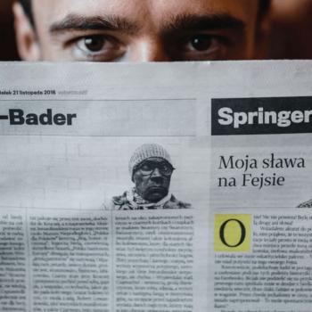 Mann liest eine Zeitung