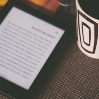 eBook Reader mit Notizheft und Kaffeetasse