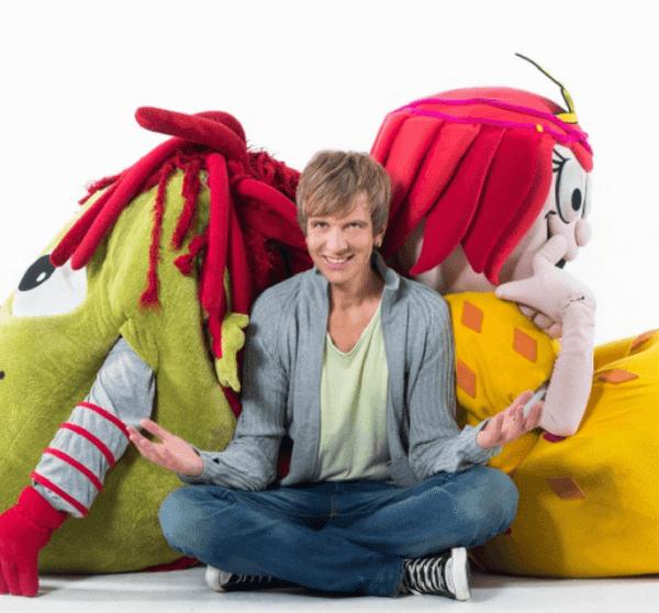 Frank und seine Freunde. Kindermusiker Frank Acker mit zwei lebensgroßen Puppen.