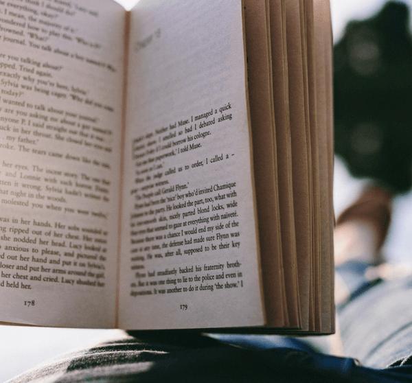 jemand liest im liegen ein Buch