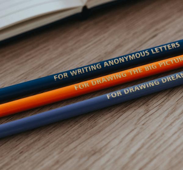 drei Bleistifte auf einem Holztisch