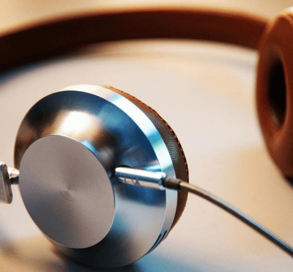 Leder-Kopfhörer mit silbernen Details