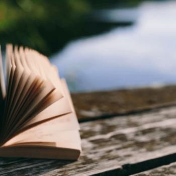 geöffnetes Buch auf Holzsteg
