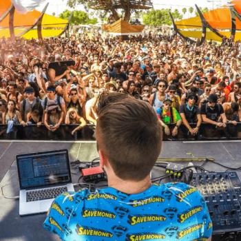 DJ am DJ Pult bei einem Konzert vor Publikum