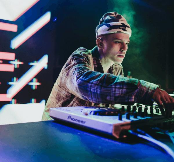 DJ am DJ Pult