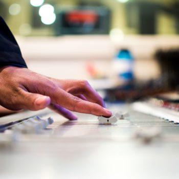 Mann bedient DJ Pult