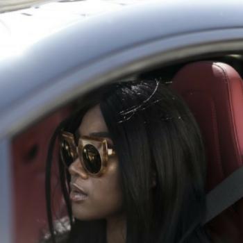 Sängerin Rose May Alaba im Auto