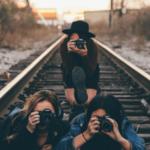 3 Fotografinnen auf Eisenbahnschienen